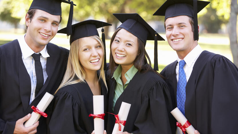 Graduation Uni Abschluss USA Talar [© Monkey Business – Adobe Stock]